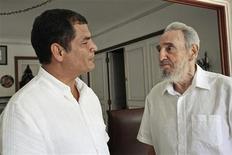 <p>Fidel Castro (a destra)con il presidente dell'Ecuador Rafael Correa. REUTERS/Juventud Rebelde/Handout</p>