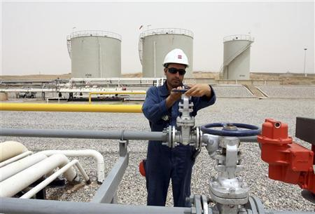 A worker adjusts the valve of an oil pipe in Tawke oil field near Dahuk, 400 km (249 miles) north of Baghdad, June 27, 2009. REUTERS/Azad Lashkari