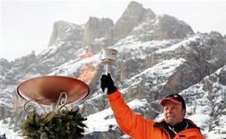 <p>Sailer nel 2006 a Cortina d'Ampezzo con la torcia usata nelle Olimpiadi invernali del 1956. REUTERS/Alessandro Bianchi</p>