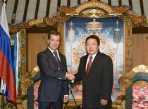 <p>Президент России Дмитрий Медведев пожимают руку президенту Монголии Цахиагийну Элбэгдоржу во время их встречи в Государственном дворце в Улан-Баторе 25 августа 2009 года. Президент Монголии Цахиагийн Элбэгдорж предложил России построить газопровод в Монголию, говорится в вышедшем в среду совместном заявлении стран. REUTERS/Zeev Rozen</p>