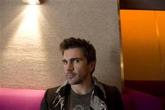 <p>Colombian singer Juanes poses for a photograph at the Standard Hotel in Los Angeles, California May 6, 2008. REUTERS/Hector Mata</p>