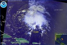 <p>Imagen de satélite del Centro Nacional de Huracanes de la tormenta tropical Danny a unos 716 kilómetros al oeste de las islas Bahamas, 26 ago 2009. La tormenta tropical Danny se formó el miércoles en el océano Atlántico, al este de Bahamas, e inició un trayecto que podría llevarla cerca de las islas Outer Banks de Carolina del Norte y a los estados del noreste de Estados Unidos convertida en huracán para el fin de semana. REUTERS/NOAA</p>