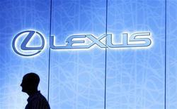 <p>Логотип Lexus на Международном автошоу в Нью-Йорке 9 апреля 2009 года. Чиновники из российского ведомства охраны лесов объявили конкурс на поставку нового автомобиля Lexus с телевизором и массажным креслом, чтобы сделать из него передвижной мобильный лесопожарный командный пункт, сообщила прокуратура. REUTERS/Lucas Jackson</p>