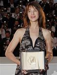 """<p>Foto de arquivo da atriz Charlotte Gainsbourg recebendo o prêmio de melhor atriz em Cannes pelo filme """"Anticristo"""". 24/05/2009. REUTERS/Jean-Paul Pelissier</p>"""