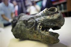 <p>A horse's head, part of of an approximately 2,000 years old rider's statue is pictured in Frankfurt August 27, 2009. REUTERS/Johannes Eisele</p>