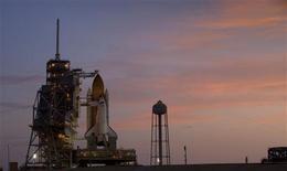 <p>El transbordador espacial Discovery en su plataforma de lanzamiento en el centro espacial Kennedy en Cabo Cañaveral, 27 ago 2009. La NASA pospuso el jueves por tercera vez una misión del transbordador Discovery de reabastecimiento de la Estación Espacial Internacional para revisar pruebas de una válvula potencialmente defectuosa en el tanque de combustible de la nave. REUTERS/Scott Audette</p>