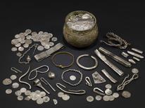 <p>Foto de archivo de un botín vikingo desenterrado en Gran Bretaña. Un importante tesoro vikingo de joyas y monedas desenterrado el 2007 en Inglaterra por un equipo de buscadores de tesoros conformado por un padre y su hijo fue adquirido por dos museos y será exhibido el próximo mes. REUTERS/The British Museum/Handout</p>