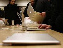 <p>Laptop in vendita in uno store Apple. REUTERS/Shannon Stapleton (UNITED STATES)</p>