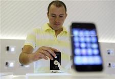<p>A man tries out the new iPhone 3GS on the first day it is being sold in Spain at the company's store in downtown Madrid June 19, 2009. REUTERS/Susana Vera</p>