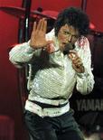 <p>Foto de archivo de Michael Jackson durante su gira Victory en Toronto, Canadá, 5 oct 1984.Dos sedantes causaron la muerte del Rey del Pop Michael Jackson, informó el viernes el departamento forense de Los Angeles. El reporte forense dijo que el propofol y el lorazepam fueron principalmente las drogas responsables de la muerte del artista. Esas medicinas son normalmente usadas para calmar a pacientes antes de procedimientos como colonoscopías. REUTERS/Gary Hershorn/Files</p>