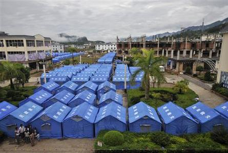 A general view shows temporary tents set up for refugees from Kokang in Myanmar's Shan State at the border town of Nansan, China's Yunnan province, August 30, 2009. REUTERS/Stringer