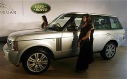 <p>Modelos posan con un vehículo Range Rover Vogue SE tras una conferencia de prensa de Tata Motors en Mumbai, 28 jun 2009. Tata Motors, el mayor fabricante de vehículos de India, reportó el lunes una pérdida trimestral por su golpeada unidad Jaguar Land Rover (JLR), que borró los beneficios por cambios contables y ventas de activos del grupo. La firma, que controla alrededor de un 60 por ciento del quinto mayor mercado de camiones y colectivos, informó una pérdida consolidada de 3.290 millones de rupias (67,4 millones de dólares) para el período comprendido entre abril y junio, su primer trimestre fiscal. REUTERS/Punit Paranjpe/Archivo</p>