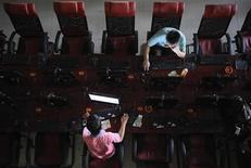 <p>Clientes usan computadores en un cibercafé en Taiyuan, 13 ago 2009. La bandas criminales que tratan de engañar a los chinos para que les faciliten datos bancarios y otra información personal están teniendo su mayor éxito con los mayores y las mujeres, dijo el lunes la policía. REUTERS/Stringer/Archivo</p>