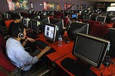 <p>Люди пользуются компьютерами в интернет-кафе в китайском Чанчжи 25 апреля 2008 года. Норвежская компания Opera Software выпустила во вторник новую версию своего браузера, пообещав, что Opera 10 будет работать быстрее на таких ресурсоемких страницах, как Gmail и Facebook. REUTERS/Stringer</p>