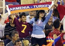 <p>Болельщики поддерживают команду Армении на стадионе в Ереване 6 сентября 2008 года. Армения и Турция в понедельник подошли ближе к налаживанию дипломатических связей и открытию границы, заявив, что через шесть недель подпишут соглашение, которое может положить конец почти столетней вражды. REUTERS/Stringer</p>