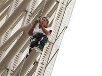 "<p>Lo scalatore francese Alain Robert, soprannominato ""Spiderman"". REUTERS/Tim Wimborne (AUSTRALIA SOCIETY)</p>"