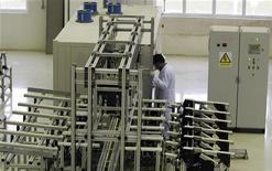 <p>Рабочий на заводе по конверсии урана в Исфахане, 440 км к югу от Тегерана 9 апреля 2009 года. Тегеран подготовил новые предложения, касающиеся его ядерной программы, и готов возобновить переговоры с ведущими мировыми державами, заявил во вторник главный участник переговорного процесса со стороны Ирана Саид Джалили. REUTERS/Caren Firouz</p>