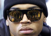 """<p>El cantante Chris Brown asiste a un juego de baloncesto de la NBA en Orlando, Florida, 14 jun 2009. El cantante de R&B Chris Brown, que se declaró culpable de golpear a su ex novia Rihanna, dijo que todavía la ama y que después de seis meses, los detalles sobre el ataque están borrosos en su memoria. Brown, que alcanzó la fama de adolescente con éxitos como """"Kiss, Kiss"""", fue sentenciado la semana pasada a cinco años de libertad condicional y servicios comunitarios por atacar a Rihanna en febrero en la víspera de los premios Grammy. REUTERS/Jeff Haynes/Archivo</p>"""