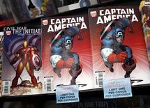 <p>Foto de arquivo de cópias de gibis do Capitão América, da Marvel, são exibidos em loja em Nova York. Stan Lee, co-autor de muitos dos mais famosos personagens da Marvel, aprovou nesta segunda-feira a aquisição da empresa pela Disney.31/08/2009.REUTERS/Shannon Stapleton/Files</p>