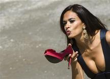 <p>La actriz Maria Grazia Cucinotta durante una sesión de fotografías promocionales del Festival de Cine de Venecia, Italia, 1 sep 2009. El festival de cine de Venecia 2009, que se desarrollará entre el 2 y el 12 de septiembre, comenzará el miércoles. REUTERS Alessandro Bianchi</p>