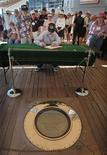 <p>Ветеран армии США отмечается в книге гостей рядом с местом, где была подписана капитуляция Японии и положившая конец Второй мировой войне на борту американского линкора «Missouri» в Перл-Харборе 27 августа 2005 года. REUTERS/Lucy Pemoni</p>