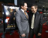 """<p>Imagen de archivo del actor Robert Downey Jr. (der) y el director Jon Favreau en el estreno de """"Iron Man"""" en Hollywood, 30 abr 2008. El dúo detrás de """"Iron Man"""", el director Jon Favreau y el actor Robert Downey Jr., se reunirá para otra película inspirada en una historia de cómic, """"Cowboys & Aliens"""". Downey se unió al proyecto de DreamWorks/Universal el año pasado, cuando los guionistas de """"Iron Man"""", Mark Fergus y Hawk Ostby, trabajaban en la adaptación de la novela gráfica inspirada en los géneros de ciencia-ficción y western. Ahora el realizador de """"Iron Man"""" Favreau también se sumó al proyecto, convirtiendo a """"Cowboys"""" en su próximo trabajo como director. REUTERS/Mario Anzuoni/Archivo</p>"""