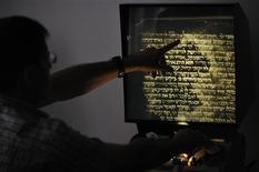 <p>Pesquisadores de Israel anunciaram ter desenvolvido um programa de computador capaz de decifrar textos antigos anteriormente ilegíveis, o que pode abrir caminho a um serviço de busca em estilo Google para documentos históricos.</p>