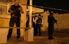 <p>Полицейские оцепили вход в клинику для наркозависимых, где неизвестные убили 17 пациентов в мексиканском городе Сьюдад-Хуарес 2 сентября 2009 года. Около десятка вооруженных мужчин, одетых в капюшоны, ворвались в среду одну из клиник для наркозависимых и расстреляли 17 пациентов. REUTERS/Alejandro Bringas</p>