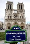 <p>Площадь перед собором Парижской Богоматери им. Папы Римского Иоанна Павла II, Париж 3 сентября 2006 года. REUTERS/Charles Platiau</p>