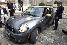 <p>Генеральный директор BMW Норберт Ритофер (слева) разговаривает с министром экологии Франции Женом-Луи Борлоо в Париже 3 сентября 2009 года. Немецкий автостроитель BMW планирует выпускать две новые модели автомобиля Mini на английском заводе, расположенном недалеко от Оксфорда. Таким образом компания хочет подтолкнуть промышленность в Великобритании и в целом укрепить автомобильный сектор страны. REUTERS/Charles Platiau</p>