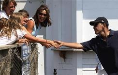 <p>Президент США Барак Обама (справа) пожимает руки жителям городка Оак-Блаффс 26 августа 2009 года. Американцы начинают терять терпение, ожидая обещанных президентом Бараком Обамой перемен - в том самый момент, когда правительство готовится принять важнейшие решения по целому спектру проблем - от здравоохранения до войны в Афганистане. REUTERS/Jason Reed</p>
