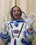 <p>Создатель цирка Cirque du Soleil Ги Лалиберте готовится к полету на МКС в Звездном городке 25 августа 2009 года. Руководитель знаменитого Cirque du Soleil (Цирк солнца), планирующий в конце сентября полететь в космос, сообщил, что 9 октября прямо с орбиты даст живое представление, посвященное проблемам экологии. REUTERS/Sergei Remezov</p>