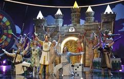 """<p>Actores del musical """"Spamalot"""" se presentan en el programa alemán de televisión """"Wetten dass...?"""" en Munich, 21 mar 2009. Con nuevas pinceladas y algunos gags adaptados al público de Madrid, el trío catalán Tricicle lleva a escena la comedia musical """"Spamalot"""", sin perder la esencia del humor británico de los Monty Phyton. Basado en la película del grupo de cómicos inglés """"Monty Phyton and the Holy Grial"""", el espectáculo viene precedido por nueve meses de éxitos en Barcelona, aunque sus directores afirmaron que no siempre tuvieron clara su adaptación al público español. REUTERS/Uwe Lein/Archivo</p>"""
