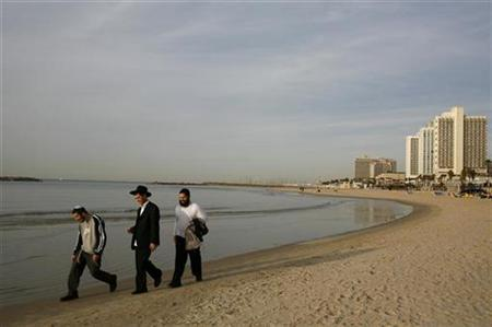 Ultra-Orthodox Jews walk on the beach in Tel Aviv January 14, 2009. REUTERS/Sharon Perry