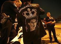 <p>Поклонник Майкла Джексона разговаривает с полицейскими, оцепившими кладбище Forest Lawn в Глендэйле 3 сентября 2009 года. Похороны короля поп-музыки Майкла Джексона состоялись в пятницу - спустя более чем два месяца после его смерти. Попрощаться с певцом на кладбище городка Глендэйл пришли члены его семьи и его звездные друзья. REUTERS/Mario Anzuoni</p>