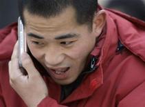 <p>Un'indagine globale ha scoperto che la maggior parte delle persone non possono vivere senza telefonino. REUTERS/Jason Lee (CHINA)</p>