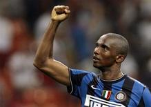 <p>O jogador da Inter Samuel Eto'o comemora vitória contra o Milan. Camarões depositam esperanças em Eto'o para Copa de 2010.29/08/2009.REUTERS/Alessandro Garofalo</p>