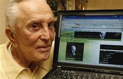 """<p>Foto de archivo del actor Kirk Douglas mostrando su sitio personal en MySpace desde su hogar en Beverly Hills, EEUU, 12 dic 2008. Algún día el momento Kodak podría llamarse el momento """"Facebook"""" o """"Twitpic"""", pero los servicios de gestión de fotos de la vieja escuela están luchando por salir todavía en la imagen. REUTERS/Fred Prouser</p>"""
