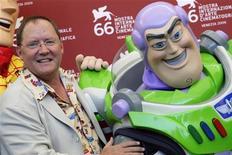 <p>Il direttore creativo della Pixar John Lasseter posa insieme a uno dei suoi personaggi al Festival del cinema di Venezia. REUTERS/Tony Gentile</p>
