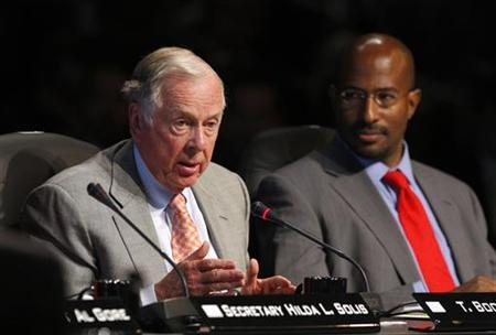 Energy executive T. Boone Pickens (L) speaks during a roundtable at the National Clean Energy Summit 2.0 in Las Vegas, Nevada August 10, 2009. At right is Van Jones, the special advisor for the White House Council on Environmental Quality. REUTERS/Las Vegas Sun/Steve Marcus