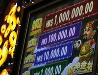 <p>Игровой автомат демонстрирует суммы возможного выигрыша на выставке Global Gaming Expo Asia в Макао 2 июня 2009 года. Нелегальный иммигрант в Швеции выиграл крупную сумму денег в моментальной лотерее и в субботу приехал за ними в телестудию, несмотря на угрозу депортации обратно в Африку. REUTERS/Bobby Yip</p>