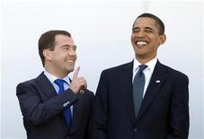 <p>Президент РФ Дмитрий Медведев (слева) и президент США Барак Обама на саммите в итальянской Л'Аквиле 11 июля 2009 года. Участники Генеральной Ассамблеи Организации Объединенных Наций, намеченной на конец сентября, впервые услышат выступления президента США Барака Обамы и его российского коллеги Дмитрия Медведева, до этого не появлявшихся на заседаниях ООН. REUTERS/Tony Gentile</p>