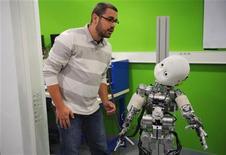 <p>iCub: robot bambino aiuta scienziati europei a capire gli umani. REUTERS/Philippe Wojazer</p>