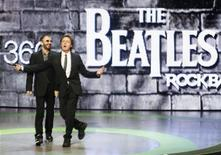"""<p>Ringo Starr y Paul McCartney, de la banda The Beatles, presentan el nuevo videojuego """"The Beatles: Rock Band"""" en una conferencia de Microsoft XBox 360 E3, en Los Angeles 1 jun 2009. a música de la banda The Beatles está un paso más cerca de comercializarse en internet con el lanzamiento previsto para el miércoles de su catálogo remasterizado y el juego de video de MTV """"The Beatles: Rock Band"""". La colección de The Beatles, disponible desde el 09/09/09, dominaría las listas musicales en importantes mercados como Estados Unidos y Gran Bretaña, dando un impulso al sello discográfico de la banda EMI Music y a la compañía de los """"fabulosos cuatro"""" Apple Corps Ltd. REUTERS/Fred Prouser</p>"""