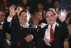 """<p>El presidente de Venezuela, Hugo Chávez, y el director estadounidense Oliver Stone saludan antes del estreno del documental """"South Of The Border"""" en el Festival de Cine de Venecia, 7 sep 2009. El director de cine Oliver Stone dice que medios de Estados Unidos y el Gobierno de ese país han demonizado al presidente venezolano, Hugo Chávez, y a otros dirigentes izquierdistas sudamericanos, y argumenta en un nuevo filme que tenían derecho a revelarse ante Washington. REUTERSAlessandro Bianchi</p>"""
