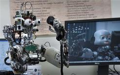 <p>Su nombre es iCub y los científicos esperan que aprenda a adaptar su comportamiento a las circunstancias cambiantes, ofreciendo nuevas percepciones sobre el desarrollo de la conciencia humana. Existen seis versiones del iCub en laboratorios por toda Europa, donde los científicos están manipulando concienzudamente su cerebro electrónico para que sea capaz de aprender, igual que un niño humano. REUTERS/Robert Pratta</p>