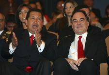 "<p>Chávez assiste a documentário ""South of the Border"" ao lado do diretor Oliver Stone na premiére mundial em Veneza. REUTERS/Alessandro Bianchi</p>"