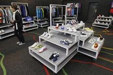 <p>Foto de archivo de una tienda de zapatillas Nike en Shoreditch, Inglaterra, 30 abr 2009. Cuando se trata de zapatos, la moda vence a la función e incluso al confort para muchas mujeres británicas, de acuerdo a una encuesta realizada por una sociedad médica de Gran Bretaña. REUTERS/Stephen Hird</p>
