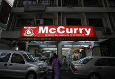<p>Customers arrive at McCurry Restaurant in Kuala Lumpur September 4, 2009. REUTERS/Bazuki Muhammad</p>