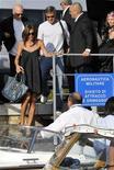 <p>L'attore Usa George Clooney al suo arrivo ieri a Venezia con la show-girl Elisabetta Canalis. REUTERS/Manuel Silvestri (ENTERTAINMENT)</p>